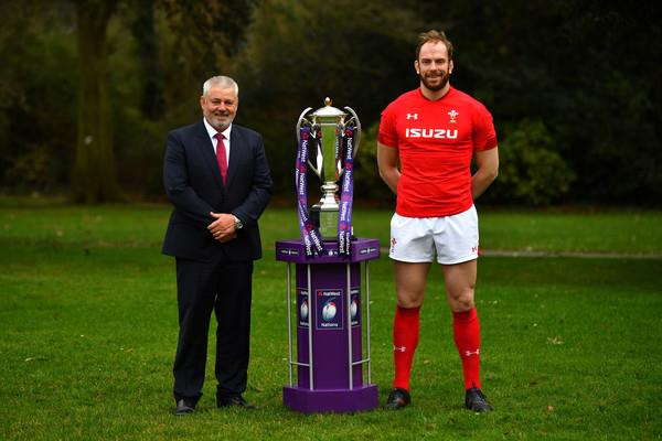 Warren Gatland and Alun Wyn Jones pose with the 6 Nations trophy